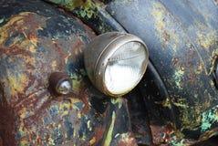 Antiquiteit verpletterde auto stock afbeeldingen
