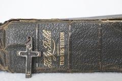 Antiquiteit Versleten Leerbijbel met Antiek Kruis van Houten Metaalspijker Royalty-vrije Stock Foto's