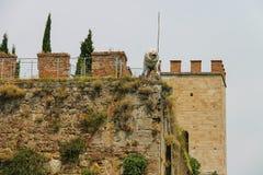 Antiquiteit versterkte muur en poort met standbeeld van leeuw pisa stock afbeeldingen