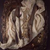 Antiquiteit, vinage cuterly op zilveren dienblad met servet royalty-vrije stock afbeeldingen