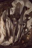 Antiquiteit, vinage cuterly op zilveren dienblad met servet stock fotografie