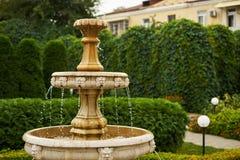 Antiquiteit weinig waterval in het close-up van tuin dalende dalingen stock fotografie