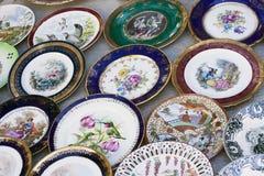 Antiquiteiten van de 19de eeuw voor verkoop op een vlooienmarkt in Tbilisi Stock Fotografie