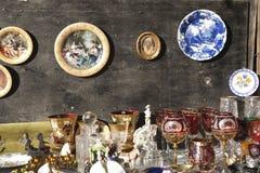 Antiquiteiten van de 19de eeuw voor verkoop op een vlooienmarkt in Tbilisi Royalty-vrije Stock Foto