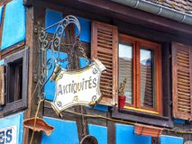 Antiquites - muestra de la tienda de antigüedades Alsacia, Francia Imágenes de archivo libres de regalías