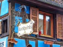 Antiquites - segno del negozio di oggetti d'antiquariato L'Alsazia, Francia Immagini Stock Libere da Diritti