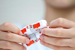 Antistress leksak för färgrika fingrar i händer av pysen arkivfoto