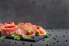 Antiteigwaren mit getrockneten Tomaten und Oliven lizenzfreies stockbild