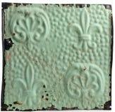 Antiue Deckenfliese mit Fleur-de-lisauslegung Stockfotografie