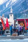 Antivari all'aperto durante il happy hour nella città di Chamonix-Mont-Blanc, alpi francesi, Francia Fotografia Stock Libera da Diritti