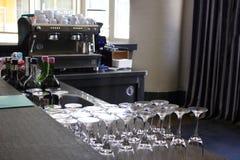 Antivari con il contatore lungo Molti emply vetri e bottiglie con alcoh immagini stock