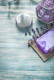 Antivari del barattolo aromatico c del sale marino del bagno del sapone del mazzo fatto a mano della lavanda Fotografia Stock Libera da Diritti