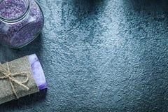 Antivari del barattolo fatto a mano del sapone con sale marino aromatico su backgr nero Immagini Stock Libere da Diritti