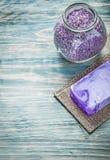 Antivari del sale da bagno aromatico del sapone fatto a mano sul trea della stazione termale del bordo di legno Fotografie Stock Libere da Diritti