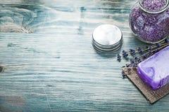 Antivari della baia di cristallo aromatica del barattolo del sale marino della lavanda fatta a mano del sapone Fotografia Stock