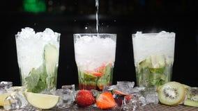 Antivari e concetto del cocktail Il barista prepara i cocktail differenti di Mojito Fine in su spruzza Movimento lento archivi video