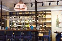 Antivari e contatore al ristorante interno Fotografie Stock Libere da Diritti