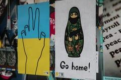 Antiwar affischer. Euromaidan Kyiv efter protest 10.04.2014 Royaltyfri Fotografi