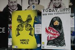 Antiwar affischer. Euromaidan Kyiv efter protest 10.04.2014 Arkivbilder