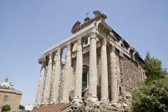Antonins och Faustinas tempel i det romerska forumet Royaltyfri Fotografi