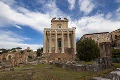 Antoninus och Faustina Temple i Roman Forum, Rome, Italien Fotografering för Bildbyråer