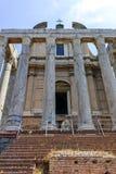 Antoninus och Faustina Temple på Roman Forum i stad av Rome arkivfoton