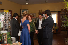 Antonio Banderas και Melanie Griffith κατά τη διάρκεια μιας επίσκεψης φιλανθρωπίας στοκ φωτογραφία