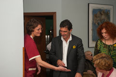 Antonio Banderas και Melanie Griffith κατά τη διάρκεια μιας επίσκεψης φιλανθρωπίας στοκ φωτογραφίες με δικαίωμα ελεύθερης χρήσης