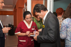 Antonio Banderas και Melanie Griffith κατά τη διάρκεια μιας επίσκεψης φιλανθρωπίας στοκ φωτογραφίες