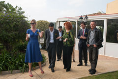Antonio Banderas και Melanie Griffith κατά τη διάρκεια μιας επίσκεψης φιλανθρωπίας στοκ εικόνα με δικαίωμα ελεύθερης χρήσης