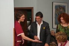 Antonio Banderas och Melanie Griffith under ett välgörenhetbesök Royaltyfria Foton