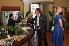 Antonio Banderas y Melanie Griffith durante una visita de la caridad Fotografía de archivo libre de regalías