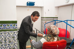 Antonio Banderas y Melanie Griffith durante una visita de la caridad Imagen de archivo libre de regalías