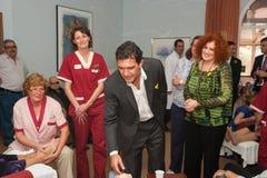 Antonio Banderas y Melanie Griffith durante una visita de la caridad Imagen de archivo