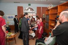 Antonio Banderas y Melanie Griffith durante una visita de la caridad Imagenes de archivo