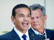 Antonio Villaraigosa e David Foster Immagine Stock