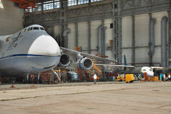 Antonov ένας-124 συντήρηση Ruslan Στοκ εικόνα με δικαίωμα ελεύθερης χρήσης