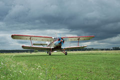 Antonov ένας-2 biplane απογείωση Στοκ εικόνα με δικαίωμα ελεύθερης χρήσης