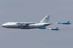 Antonov ένας-124 Ruslan και ζευγάρι Sukhoi SU-27 του ρωσικού αέρα FO Στοκ φωτογραφία με δικαίωμα ελεύθερης χρήσης