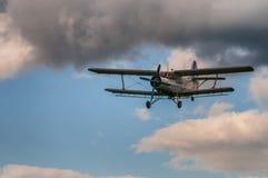 Antonov AN-2 biplan w niebach z chmurami obraz royalty free