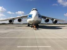 Antonov een 124-100 op Chopin-Luchthaven in de Ladingsterminal van Warshau Stock Afbeeldingen