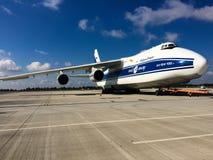 Antonov een 124-100 op Chopin-Luchthaven in de Ladingsterminal van Warshau Royalty-vrije Stock Afbeelding