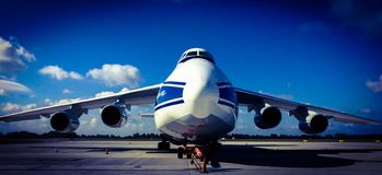 Antonov een 124-100 op Chopin-Luchthaven in de Ladingsterminal van Warshau Stock Fotografie
