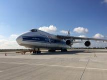 Antonov een 124-100 op Chopin-Luchthaven in de Ladingsterminal van Warshau Stock Afbeelding