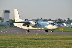 Antonov een-24 passagiersvliegtuig Stock Afbeeldingen