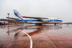 Antonov een-124-100 Ruslan Volga-Dnepr Airlines-parkeren bij de luchthaven Domodedovo van Moskou Stock Foto's