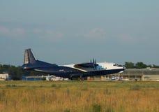 Antonov een-12 vrachtvliegtuig Stock Foto