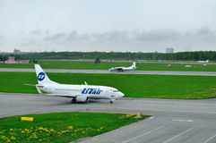 Antonov An-26 KPA för prov för UTair flygbolag Boeing 737-500 och flygoch systemflygbolagflygplan i Pulkovo den internationella f Arkivbilder