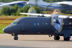 Antonov An-140 RA-41258 de l'Armée de l'Air russe roulant au sol chez Chkalovsky image stock
