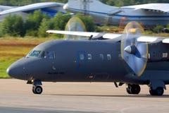 Antonov An-140 RA-41258 de la fuerza aérea rusa que lleva en taxi en Chkalovsky Imagen de archivo
